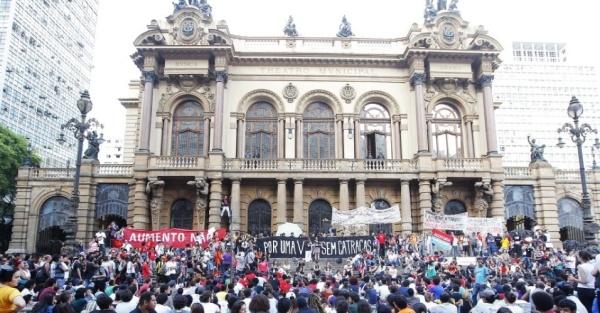 9jan2015---manifestantes-realizam-assembleia-para-decidir-o-trajeto-do-protesto-contra-o-aumento-da-tarifa-do-transporte-publico-em-sao-paulo-no-centro-da-cidade-a-manifestacao-foi-convocada-pelo-1420834157511_956x500