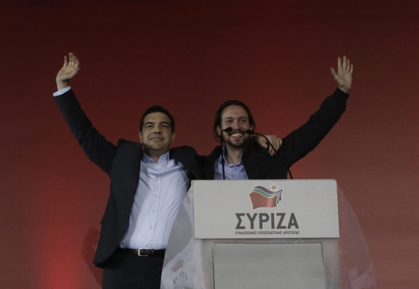 ATH04. ATENAS (GRECIA), 22/01/2015.- El líder de Syriza, Alexis Tsipras, acompañado del líder del partido político español Podemos, Pablo Iglesias (d), saluda a sus seguidores hoy, jueves 22 de enero de 2015, en el mitin final de su campaña en Atenas (Grecia). Tsipras pidió el respaldo del electorado para asegurarse la mayoría absoluta en las elecciones del próximo domingo y devolver así a Grecia